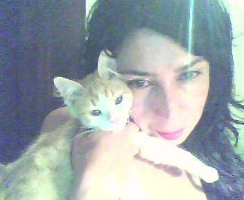 Cristina con su gato Danielito